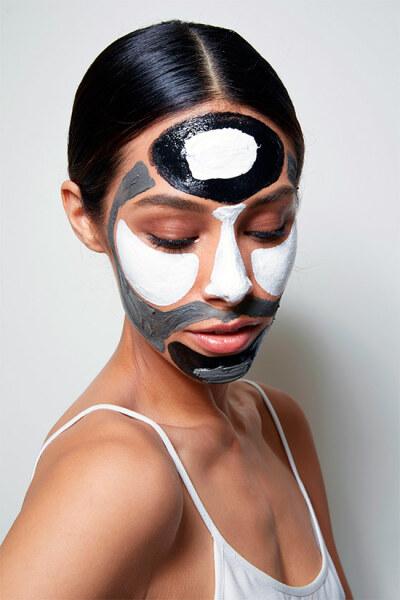 красиво нанесенная маска из угля и желатина на лице