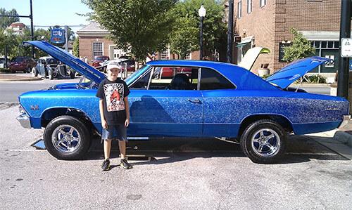 Мальчик возле папиной машины