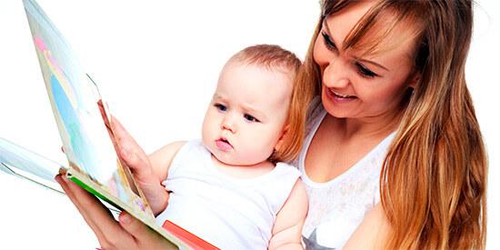 Трехлетний ребенок читает с мамой книжку
