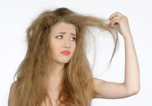 Девушка недовольна состоянием своих волос из за статического электричества