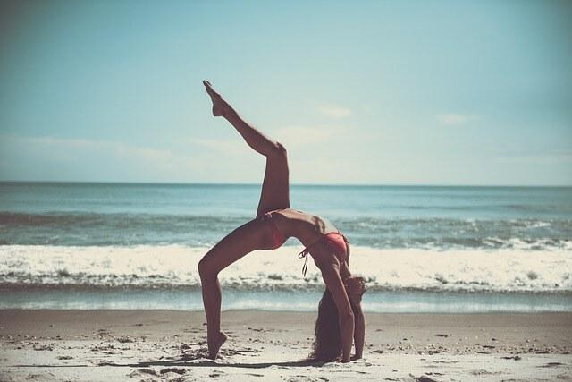 асана йоги и море