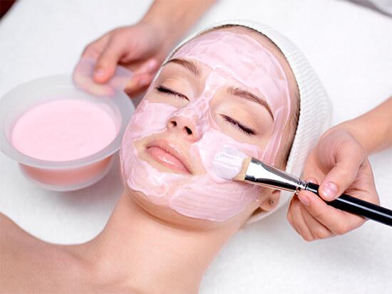 Нанесение маски на лицо от шелушения и сухости кожи