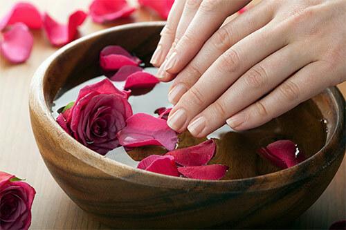 Розовая вода, народные средства для борьбы с потрескавшейся кожей