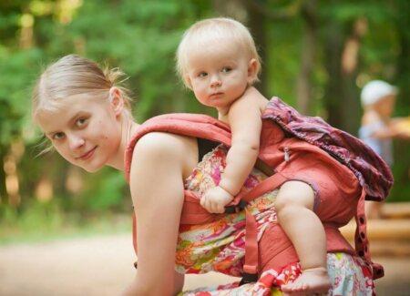молодая мама и ребенок